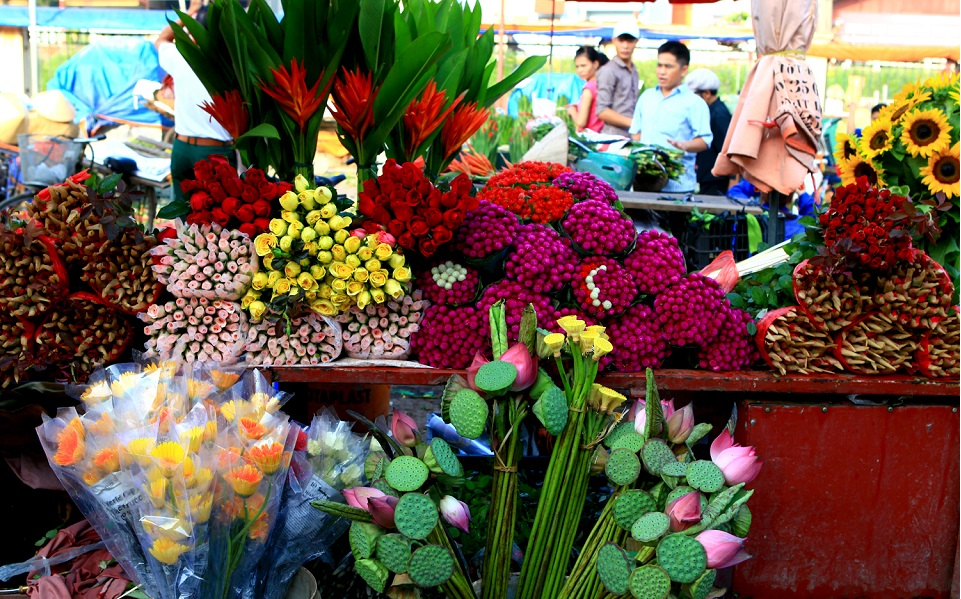 Quang Ba Flower Market in the early morning in Hanoi