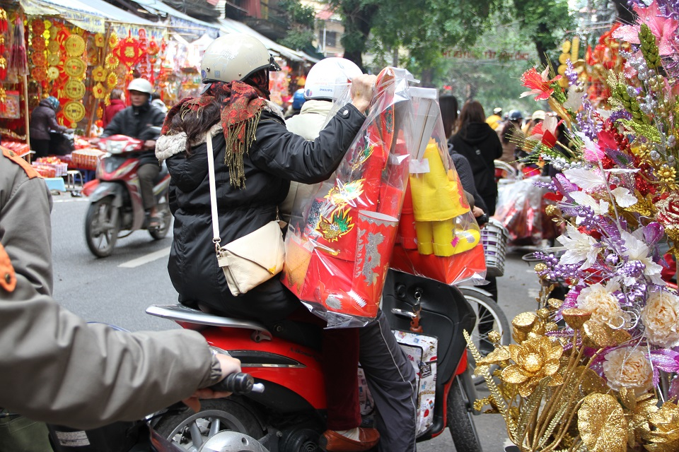 People buy offerings to dedicate for the Kitchen God on 23rd of Dec in Lunar Calendar